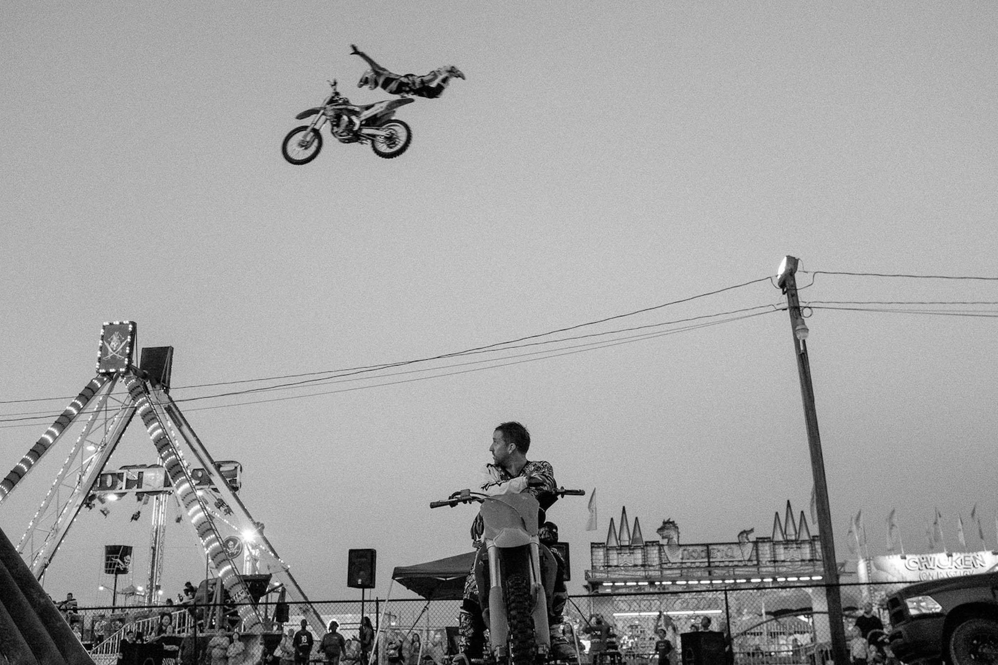 Letící motokrosař